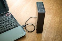Εξωτερικός σκληρός δίσκος που συνδέεται με το lap-top Στοκ φωτογραφίες με δικαίωμα ελεύθερης χρήσης