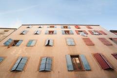 Εξωτερικός τοίχος με πολλά παράθυρα και παραθυρόφυλλα, το κτήριο και το archi Στοκ Φωτογραφίες