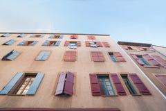 Εξωτερικός τοίχος με πολλά παράθυρα και παραθυρόφυλλα, το κτήριο και το archi Στοκ φωτογραφία με δικαίωμα ελεύθερης χρήσης