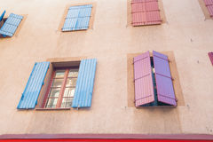 Εξωτερικός τοίχος με πολλά παράθυρα και παραθυρόφυλλα, το κτήριο και το archi Στοκ Φωτογραφία