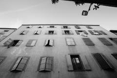 Εξωτερικός τοίχος με πολλά παράθυρα και παραθυρόφυλλα, το κτήριο και το archi Στοκ Εικόνες