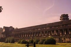 Εξωτερικός τοίχος Angkor Wat με την ανατολή Στοκ Φωτογραφίες
