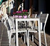 Εξωτερικό ενός ιταλικού φραγμού στην οδό με τις άσπρους καρέκλες και τους πίνακες Σε κάθε πίνακα υπάρχει α το δοχείο στοκ φωτογραφία με δικαίωμα ελεύθερης χρήσης