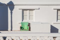 Εξωτερικό ενός Λευκού Οίκου με μια πράσινη πολυθρόνα Στοκ φωτογραφία με δικαίωμα ελεύθερης χρήσης
