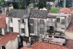Εξωτερικό ενός παλαιού εγκαταλειμμένου κτηρίου στη μέση μιας κατοικημένης περιοχής Νησί της Μαδέρας στοκ φωτογραφία με δικαίωμα ελεύθερης χρήσης