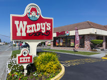 Εξωτερικό και σημάδι εστιατορίων γρήγορου φαγητού της Wendy. Στοκ εικόνες με δικαίωμα ελεύθερης χρήσης