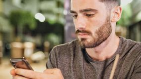 Εξωτερικό νεαρών άνδρων που χρησιμοποιεί τη νύχτα το τηλέφωνο στοκ εικόνες με δικαίωμα ελεύθερης χρήσης