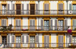Εξωτερικό οικοδόμησης με τα Windows και τα μπαλκόνια Στοκ φωτογραφίες με δικαίωμα ελεύθερης χρήσης