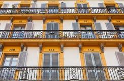 Εξωτερικό οικοδόμησης με τα Windows και τα μπαλκόνια Στοκ Εικόνες