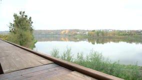 Εξωτερικό πεζούλι με την όμορφη άποψη σχετικά με τη λίμνη φιλμ μικρού μήκους