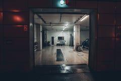 Εξωτερικό πλυσίματος αυτοκινήτων τη νύχτα Είσοδος στο πλύσιμο αυτοκινήτων Στοκ Φωτογραφίες