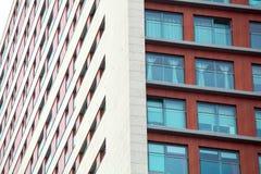 Εξωτερικό πολυκατοικίας - σύγχρονη πρόσοψη σπιτιών Στοκ φωτογραφίες με δικαίωμα ελεύθερης χρήσης