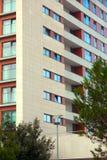 Εξωτερικό πολυκατοικίας - σύγχρονη πρόσοψη σπιτιών Στοκ Φωτογραφία