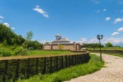 Εξωτερικό προαύλιο του μοναστηριού Turnu σε Targsoru Vechi κοντά σε Ploiesti, Prahova Κτήριο εκκλησιών, τουβλότοιχος προστασίας κ Στοκ εικόνες με δικαίωμα ελεύθερης χρήσης