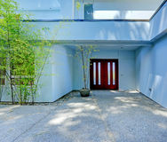 εξωτερικό σπίτι σύγχρονο Είσοδος με burgundy την πόρτα Στοκ Εικόνες