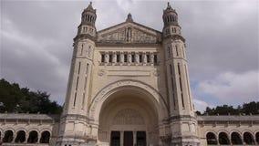 Εξωτερικό της βασιλικής Άγιος Therese Lisieux, Νορμανδία Γαλλία, ΤΗΓΑΝΙ φιλμ μικρού μήκους