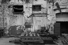 Εξωτερικό της εγκαταλειμμένης αποθήκης εμπορευμάτων σε γραπτό Στοκ Φωτογραφίες