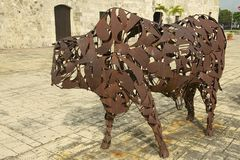 Εξωτερικό του έργου τέχνης του Bull σιδήρου σε Santo Domingo Colonial Zone σε Santo Domingo, Δομινικανή Δημοκρατία Στοκ Εικόνες