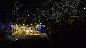 Εξωτερικό του μουσείου φυσικής ιστορίας στο Λονδίνο, Αγγλία τη νύχτα, στα Χριστούγεννα με τους φωτισμούς και merrygoround στοκ εικόνες