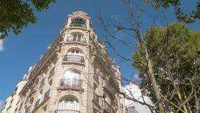 Εξωτερικό του μπαρόκ κτηρίου γωνιών ύφους στο Παρίσι, Γαλλία απόθεμα βίντεο