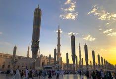 Εξωτερικό του πύργου, θόλοι στο κτήριο μουσουλμανικών τεμενών Nabawi's σε Medina στοκ εικόνα