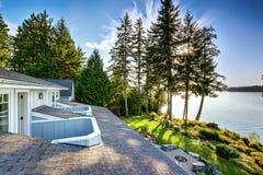 Εξωτερικό του σπιτιού προκυμαιών με μια αποβάθρα και μια τέλεια άποψη νερού Στοκ Εικόνες