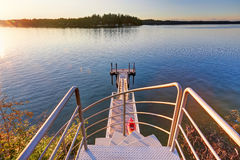 Εξωτερικό του σπιτιού προκυμαιών με μια αποβάθρα και μια τέλεια άποψη νερού Στοκ εικόνα με δικαίωμα ελεύθερης χρήσης