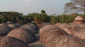 Εξωτερικό των θόλων στεγών του μουσουλμανικού τεμένους Shat Gombuj σε Bagerhat, Μπανγκλαντές απόθεμα βίντεο