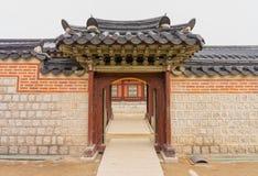 Εξωτερικό των παλαιών κορεατικών πορτών με τις στέγες στοκ φωτογραφίες με δικαίωμα ελεύθερης χρήσης