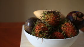 Εξωτικά τροπικά φρούτα στον πίνακα καρπός Ταϊλανδός Κινηματογράφηση σε πρώτο πλάνο φιλμ μικρού μήκους