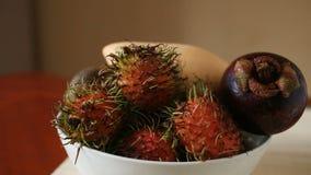 Εξωτικά τροπικά φρούτα στον πίνακα καρπός Ταϊλανδός Κινηματογράφηση σε πρώτο πλάνο απόθεμα βίντεο