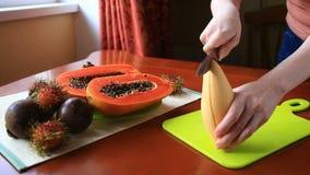 Εξωτικά τροπικά φρούτα στον πίνακα καρπός Ταϊλανδός μισό papaya καρπού αποκοπών Κινηματογράφηση σε πρώτο πλάνο φιλμ μικρού μήκους