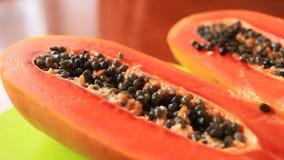 Εξωτικά τροπικά φρούτα στον πίνακα καρπός Ταϊλανδός μισό papaya καρπού αποκοπών Κινηματογράφηση σε πρώτο πλάνο απόθεμα βίντεο