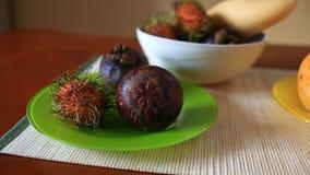 Εξωτικά τροπικά φρούτα στον πίνακα καρπός Ταϊλανδός απόθεμα βίντεο