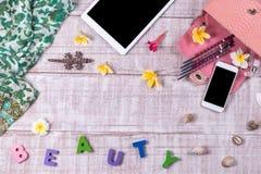 Εξωτικές ρόδινες τσάντες μόδας snakeskin σε ένα ξύλινο υπόβαθρο, τοπ άποψη, ελεύθερου χώρου για το κείμενο, το smartphone και την Στοκ Φωτογραφία