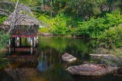 Εξωτική λίμνη με το ναό στην Καμπότζη Στοκ Φωτογραφίες