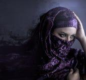 Εξωτική αραβική γυναίκα που κοιτάζει έξω καλλιτεχνικό πορτρέτο με το handma στοκ φωτογραφίες