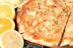 Εξωτική πίτσα με τροπικό στενό επάνω φρούτων και κοτόπουλου Στοκ Εικόνες