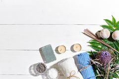 εξωτική flower massage products spa πετσέτα πετρών Άλατα λουτρών, ξηρό lavender λουλουδιών, σαπούνι, κεριά και πετσέτα Επίπεδος β Στοκ Εικόνες