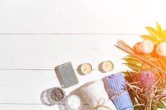 εξωτική flower massage products spa πετσέτα πετρών Άλατα λουτρών, ξηρό lavender λουλουδιών, σαπούνι, κεριά και πετσέτα Επίπεδος β Στοκ εικόνες με δικαίωμα ελεύθερης χρήσης
