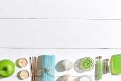 εξωτική flower massage products spa πετσέτα πετρών Άλατα, σαπούνι, κεριά και πετσέτα λουτρών Επίπεδος βάλτε στο άσπρο ξύλινο υπόβ Στοκ Εικόνες