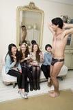 Εξωτικός αρσενικός χορευτής που αποδίδει για τις γυναίκες Στοκ φωτογραφία με δικαίωμα ελεύθερης χρήσης