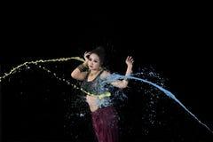 Εξωτικός ασιατικός χορευτής κοιλιών που χορεύει με το ζωηρόχρωμο χρώμα στοκ εικόνες
