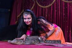 Εξωτικός αλλιγάτορας Petting χορευτών στη σκηνή στοκ εικόνα