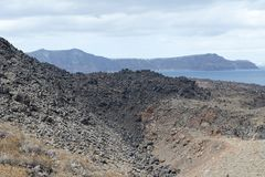 Εξωτικός δύσκολος δρόμος στον κρατήρα του ηφαιστείου Το ηφαίστειο βρίσκεται διάσημο Caldera Santorini στοκ φωτογραφίες με δικαίωμα ελεύθερης χρήσης