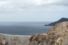 Εξωτικός δύσκολος δρόμος στον κρατήρα του ηφαιστείου Το ηφαίστειο βρίσκεται διάσημο Caldera Santorini στοκ εικόνες
