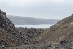 Εξωτικός δύσκολος δρόμος στον κρατήρα του ηφαιστείου Το ηφαίστειο βρίσκεται διάσημο Caldera Santorini στοκ εικόνα με δικαίωμα ελεύθερης χρήσης