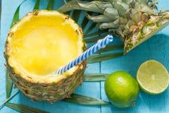 Εξωτικός πρόσφατα συμπιεσμένος χυμός με τον ανανά και τον ασβέστη στοκ φωτογραφίες