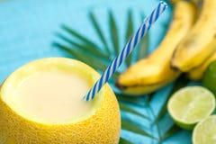 Εξωτικός πρόσφατα συμπιεσμένος χυμός με το κίτρινους πεπόνι και τον ασβέστη μπανανών στοκ φωτογραφία