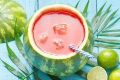 Εξωτικός πρόσφατα συμπιεσμένος χυμός με το καρπούζι και τον ασβέστη στοκ εικόνες